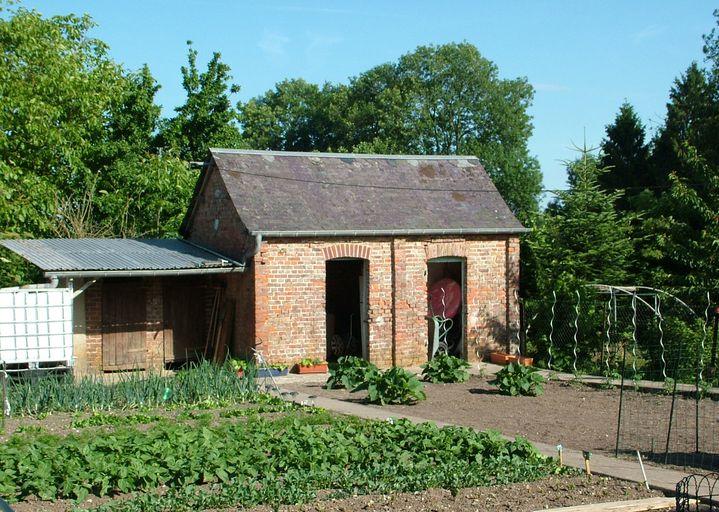 Ancien bâtiment du bûcher et des toilettes au fond du jardin ...